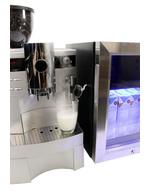 Ansicht Milchschlauch und Kühlschrank an Kaffeemaschine angeschlossen